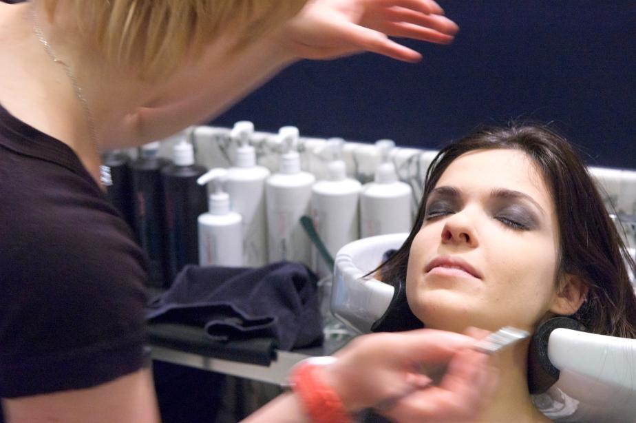 Maquilladora profesional en la pasarela de modaDonostiarra